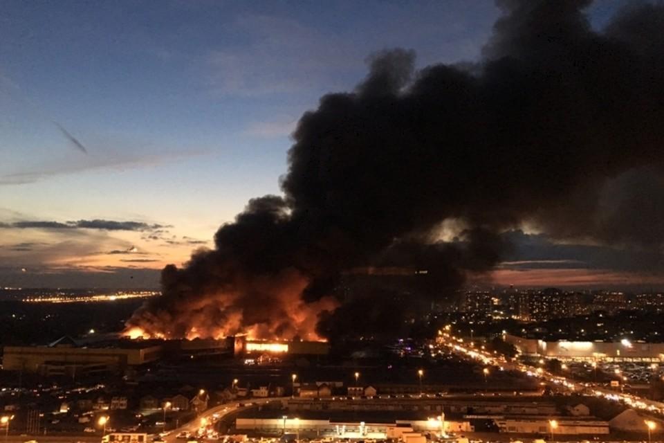 Огонь быстро выбрался из-под земли и охватил само здание комплекса