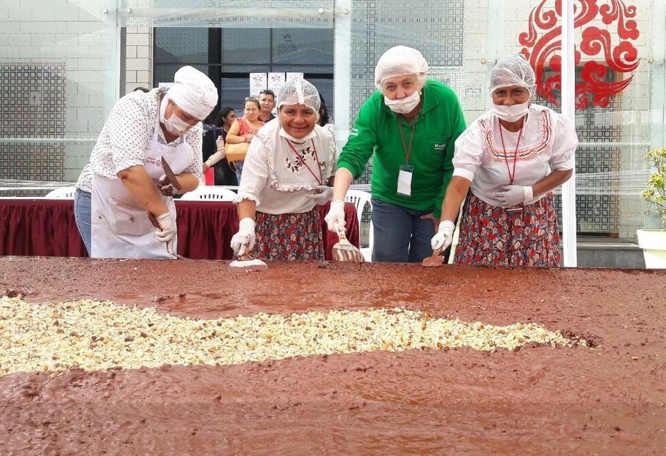 Для создания рекордной плитки шоколада потребовалось 2 тонны какао. ФОТО Твиттер Dеvida Pеrú