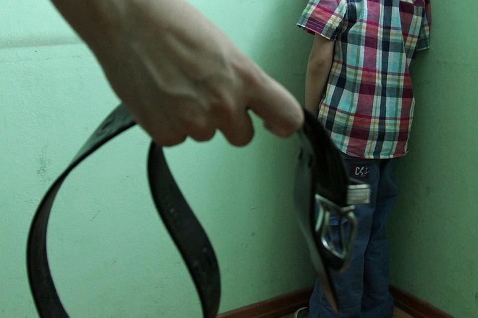 Мать ремнем наказывает дочь видео русское
