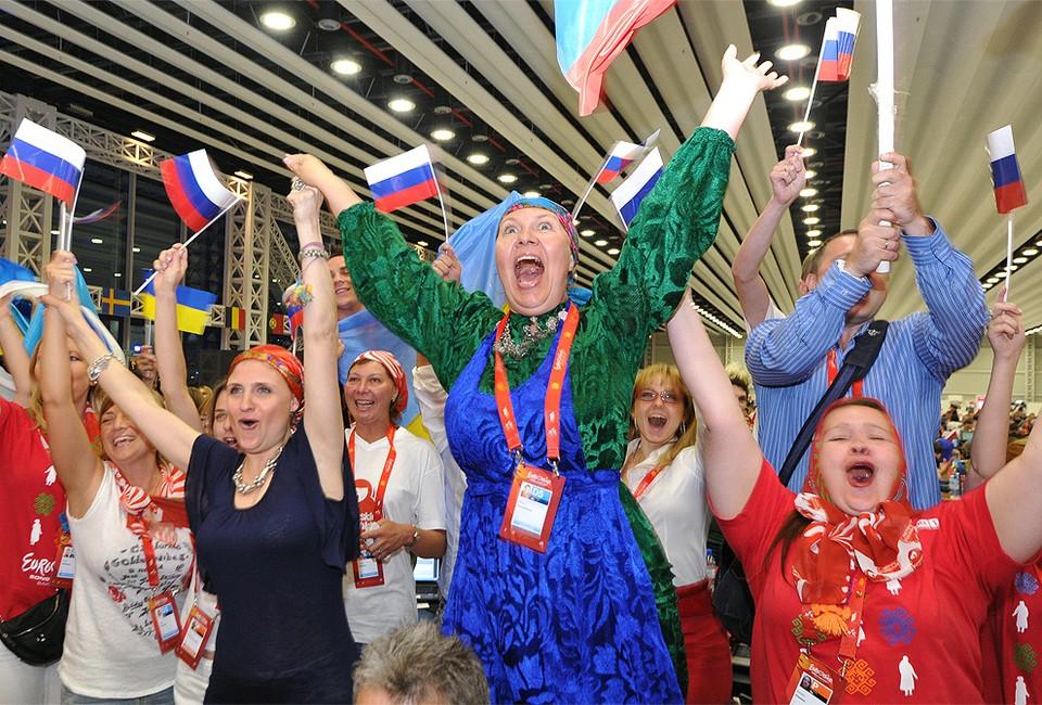 """2012 год, болельщики россиян во время оглашения результатов голосования на конкурсе """"Евровидение"""" в Баку."""