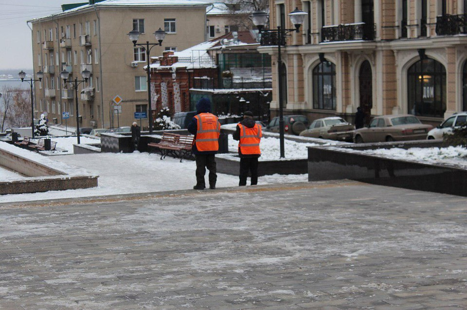 Гололед в Саратове: горожане недовольны работой коммунальных служб
