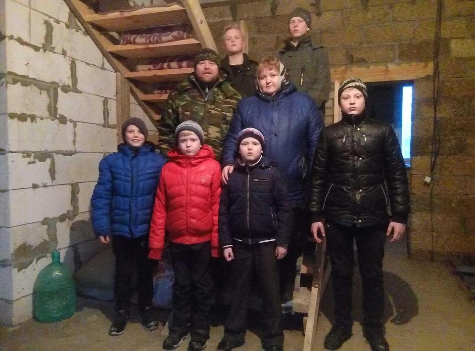 Многодетная семья построила дом