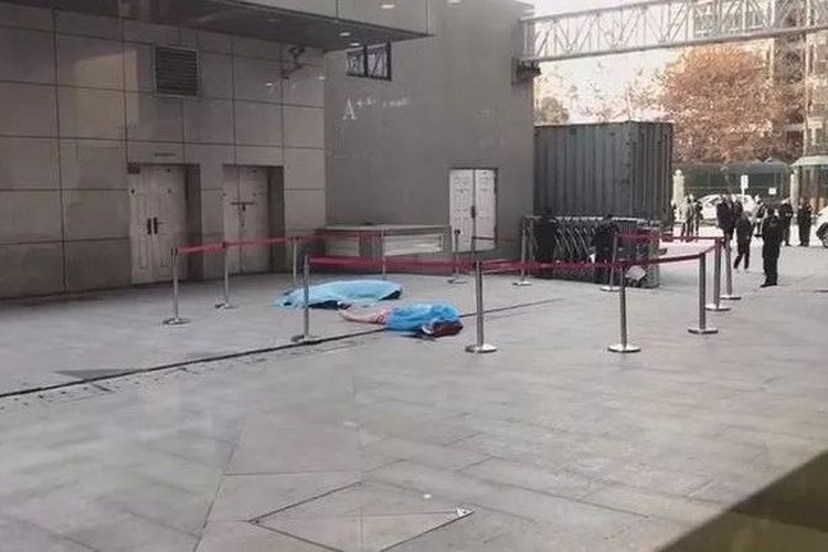 Выпавшая из окна китаянка убила пытавшегося ее поймать охранника