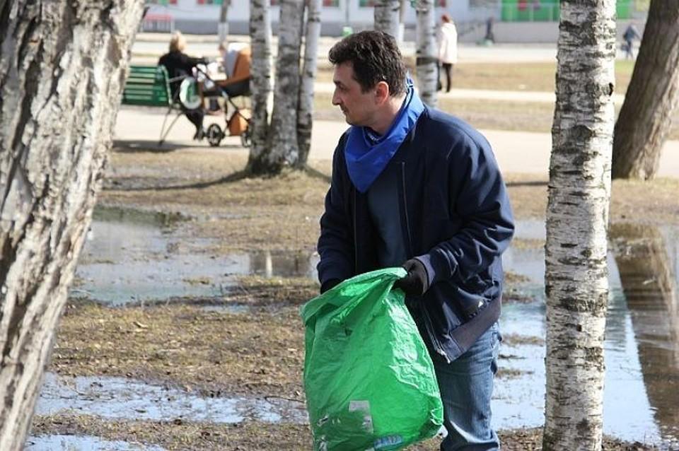 Руководитель Эжвы поднаторел в уборке территорий на субботниках. Фото:www.spravka11.ru