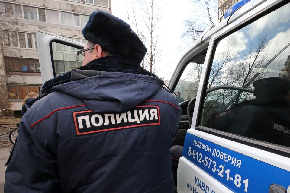 Правоохранители не могут попасть в здание. Фото: Петр Ковалев ТАСС
