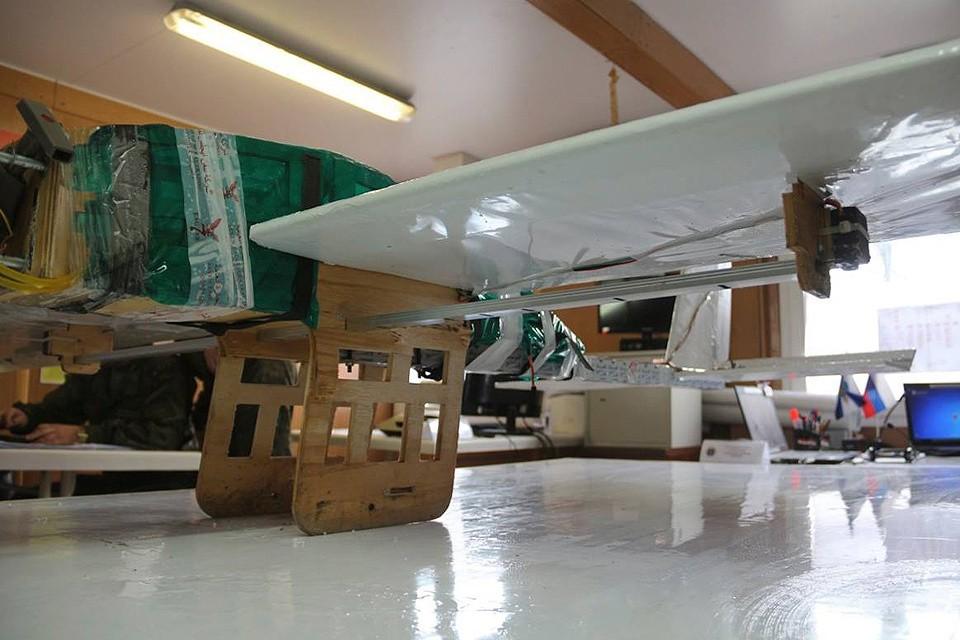 Минобороны РФ опубликовало снимки захваченного беспилотного летательного аппарата (дрона) террористов.