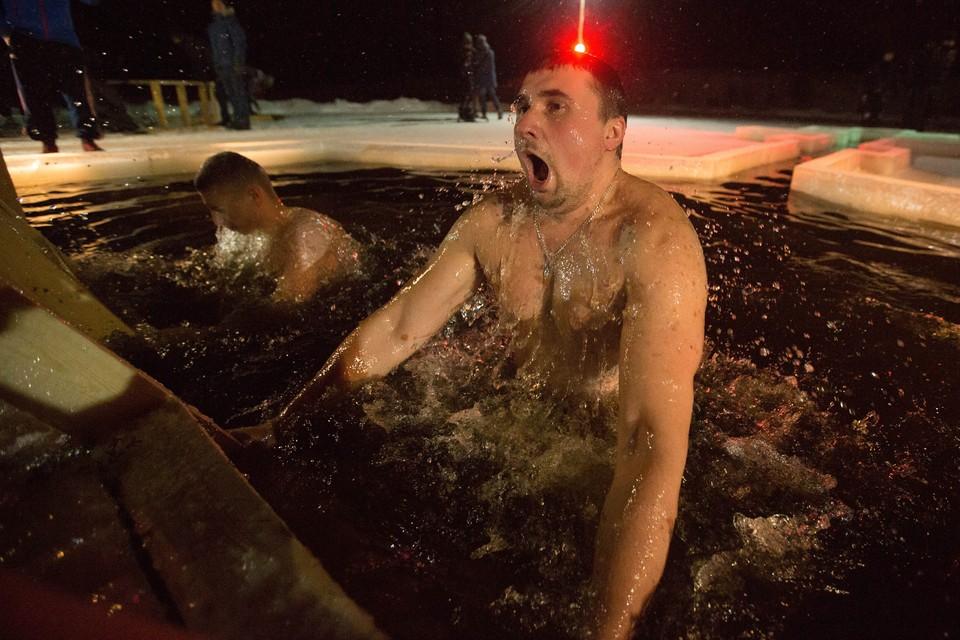 Ночные крещенские купания прошли в поселке Тярлево.