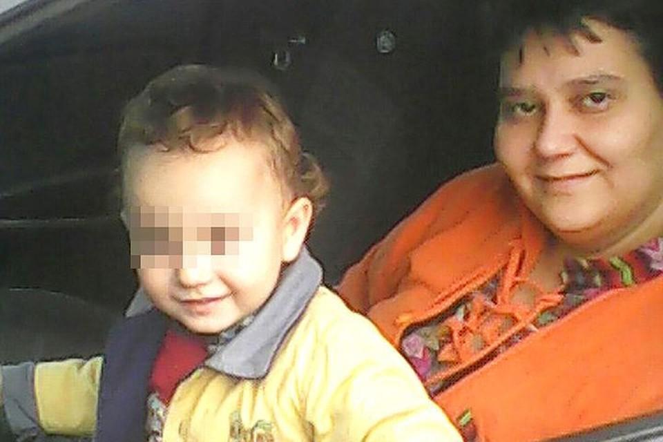 Светлана Попова с мальчиком, которого два года она воспитывала как своего сына