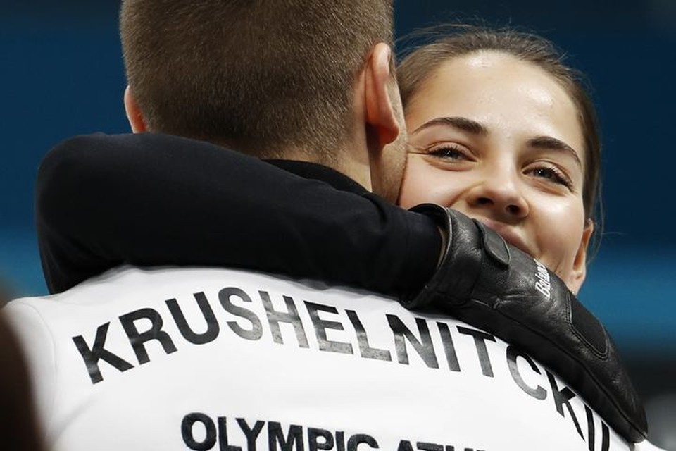 Анастасия Брызгалова поздравляет своего партнера с победой