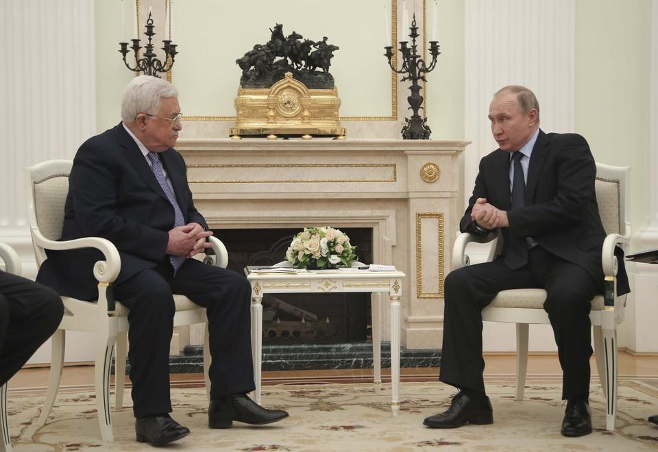 Президент Палестины Махмуд Аббас с российским коллегой Владимиром Путиным