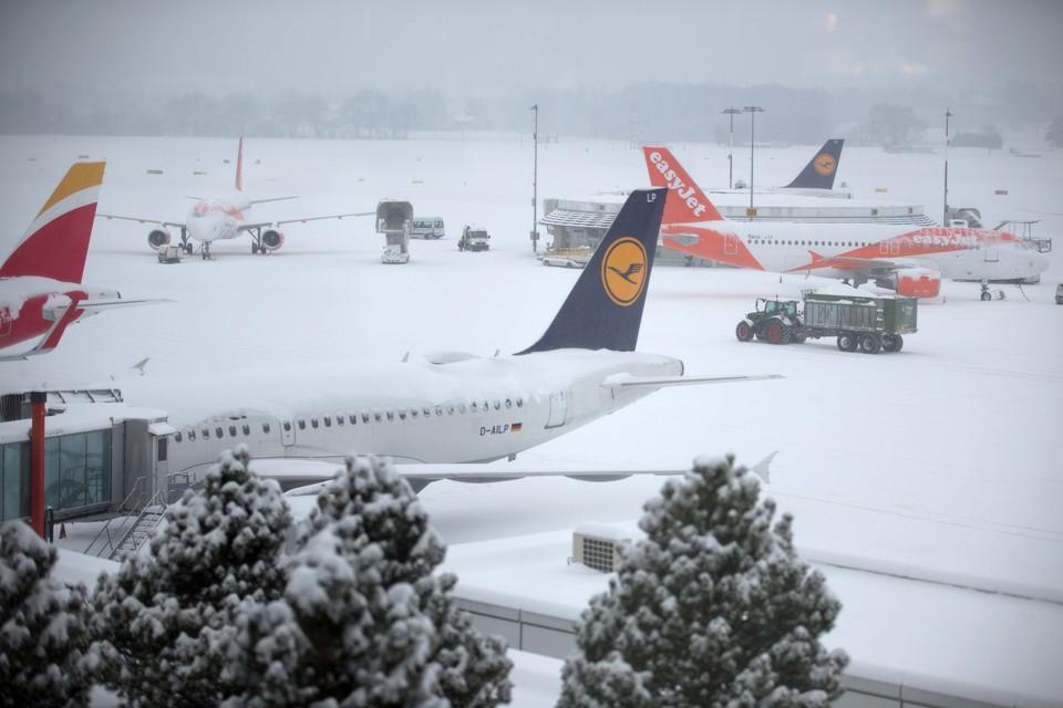 Женевский аэропорт оказался занесен снегом