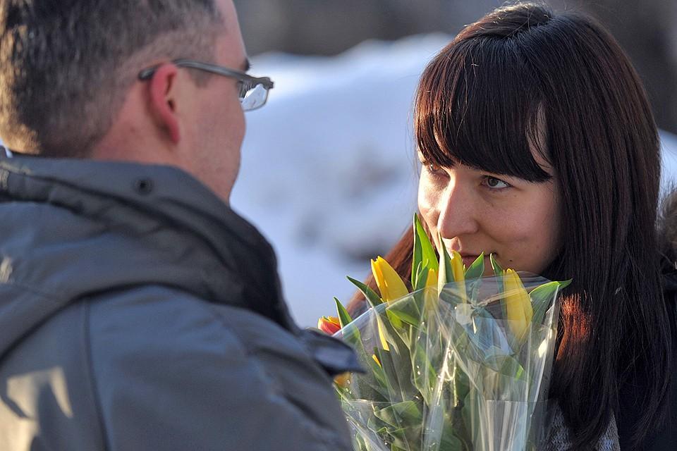 """Наш колумнист рассуждает о самом женственном празднике года: """"Чем вам не нравится, что в этот день вас забросают цветами дома и на работе?"""""""
