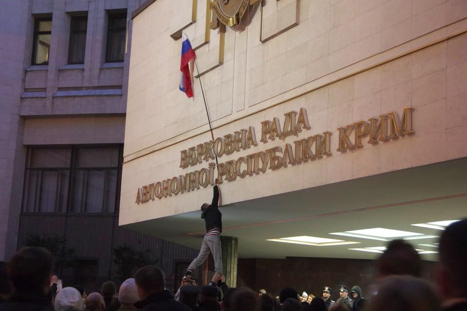 Первый российский флаг появился в Крыму вечером 25 февраля 2014 года. Фото: Игорь Охрименко