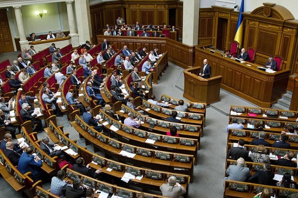 Депутаты Верховной рады устроили потасовку в коридоре украинского телеканала