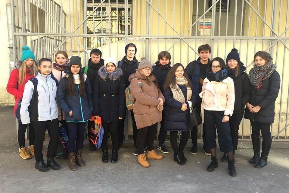 Выпускники и старшеклассники не хотят, чтобы Римму Владимировну увольняли. Фото: Никита Кузнецов