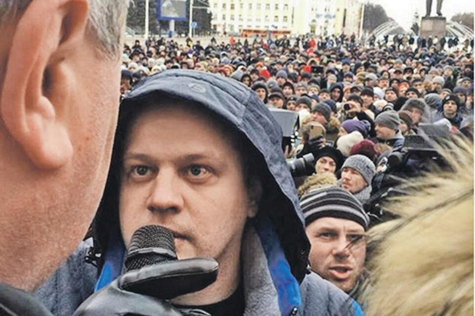 На траурную акцию вышли несколько тысяч человек. На первом плане - Игорь Востриков, потерявший всю семью. Фото: instagram.com/aavst
