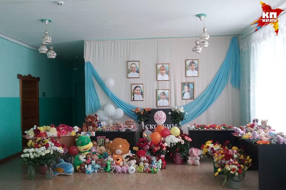 Сельчане все несут и несут цветы, игрушки и свечи