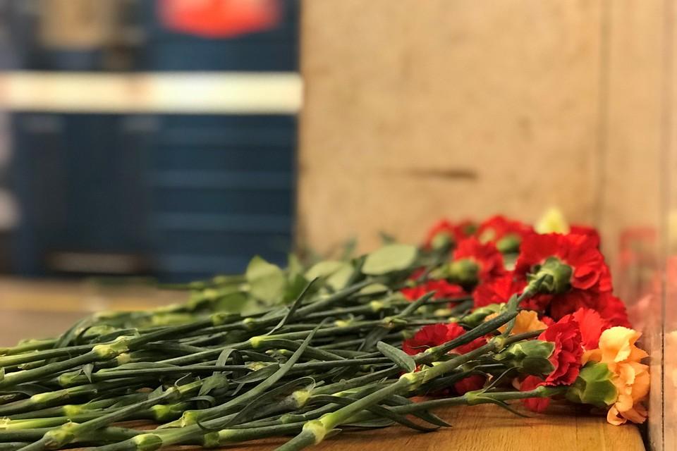 Ровно год после трагедии. Горожане несут в метро цветы.