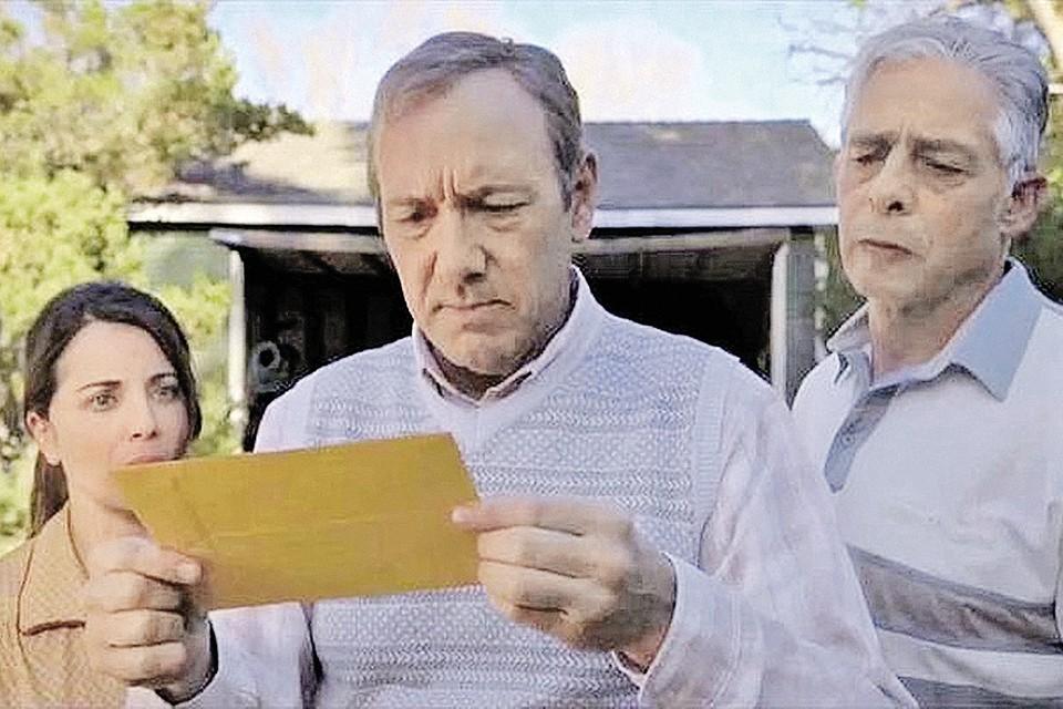 Кадр из голливудского фильма «Конверт»: писатель Евгений Петров (Кевин Спейси) с загадочным конвертом в руках.