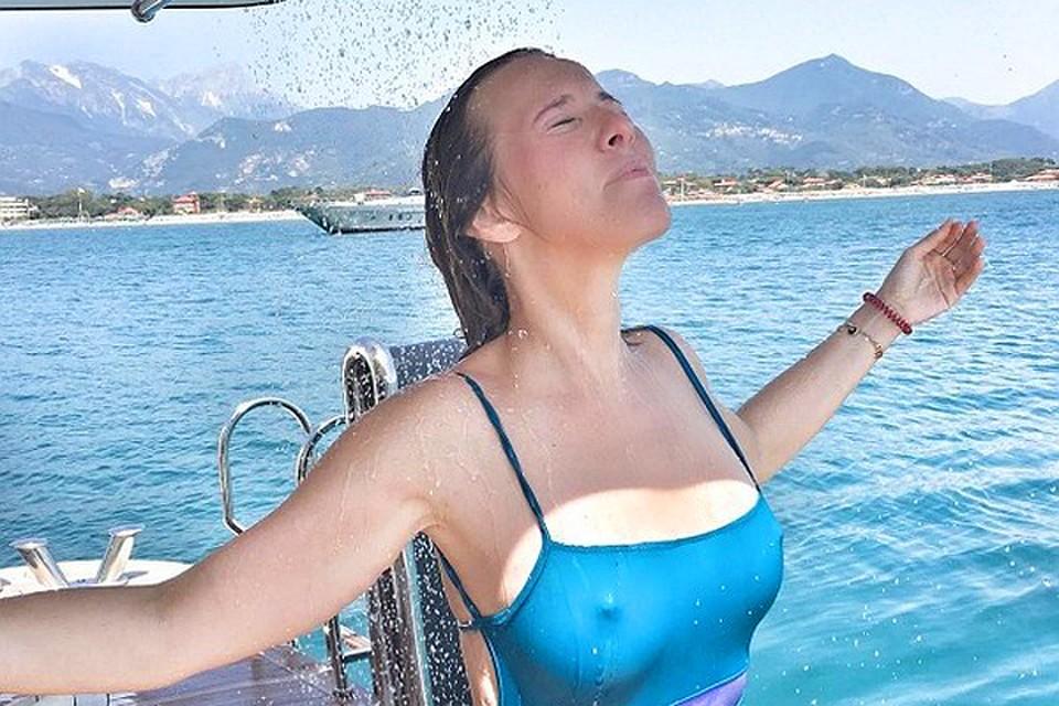 Секс на пляже в мокром купальнике
