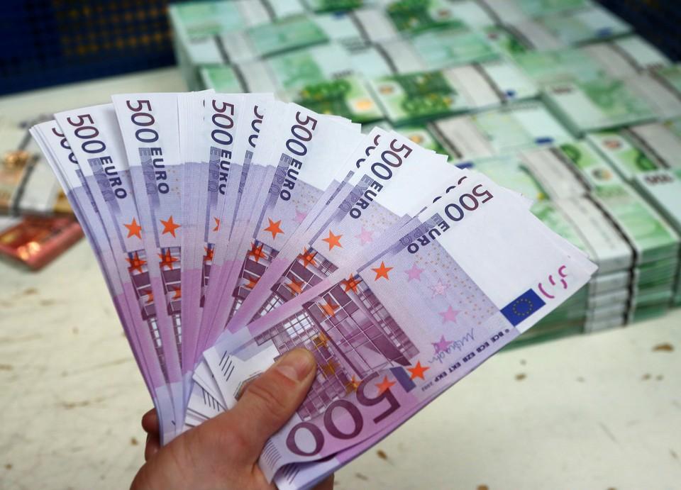 Курс евро превысил 73 рубля впервые с сентября 2016 года