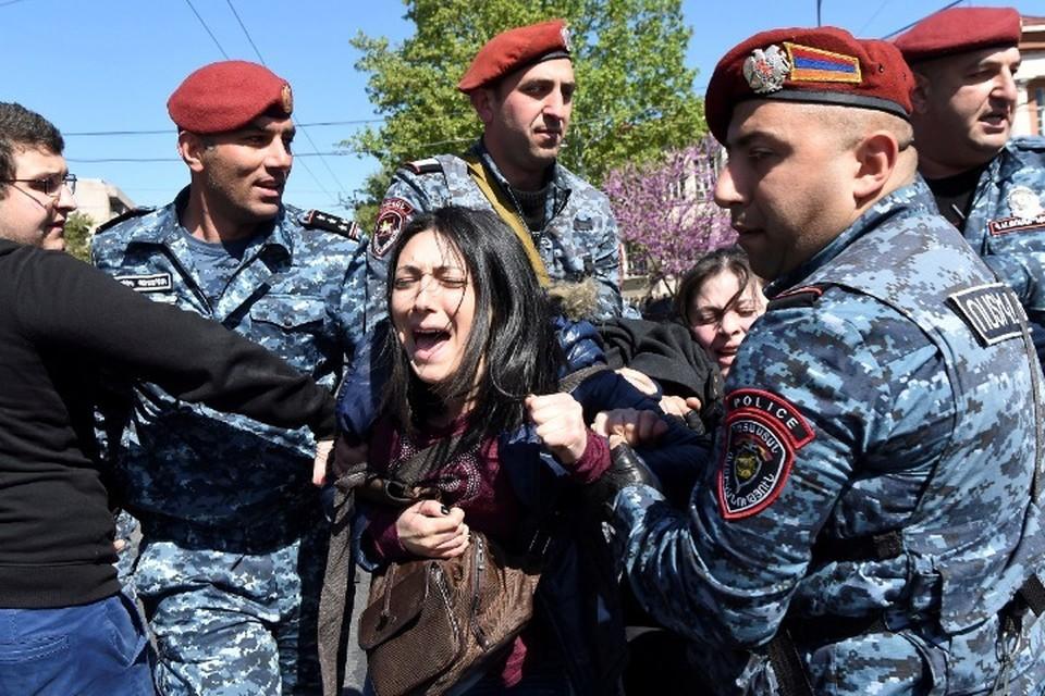 Оппозиционеры продолжают акцию протеста у парламента Армении