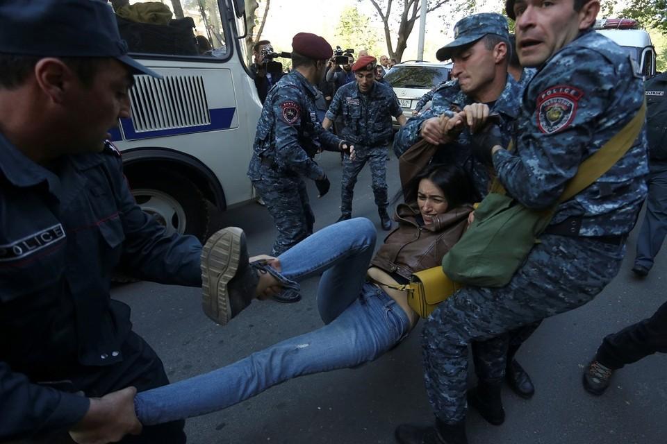 В Ереване полиция начала задерживать демонстрантов