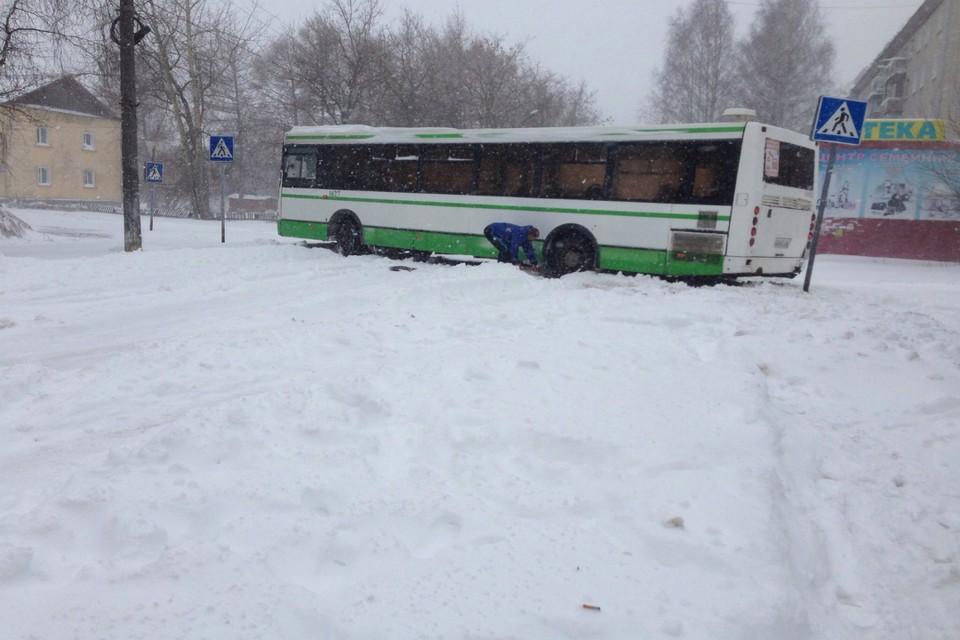 Киров завалило толстым слоем снега. Фото: vk.com/meteokirov