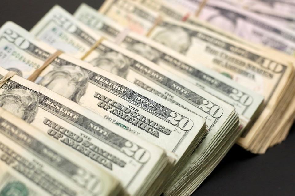 Курс доллара опустился до 61,65 рубля