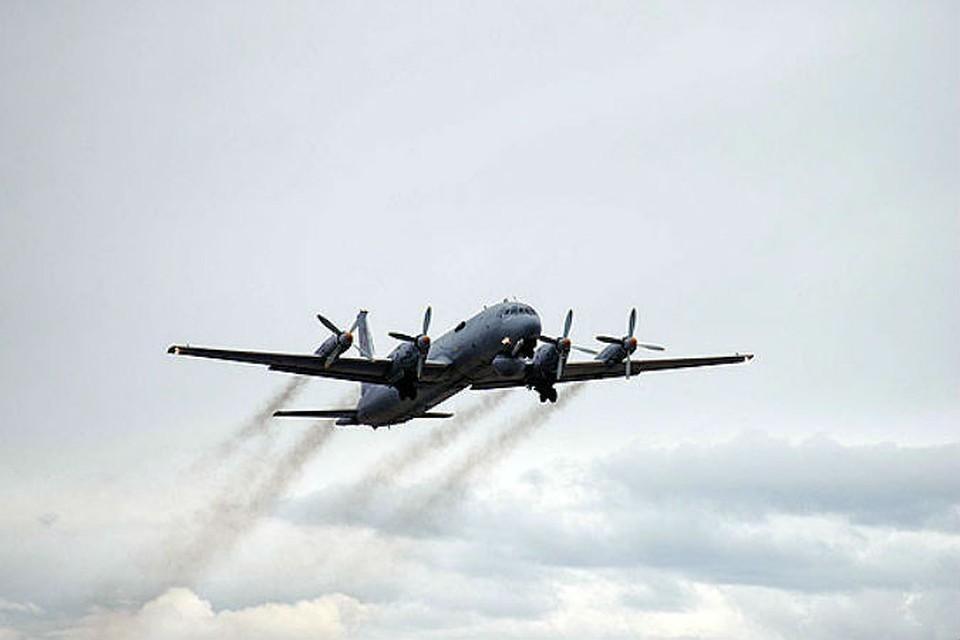 Самолет Ил-38 готовится к аварийной посадке в подмосковном аэропорте Жуковский.