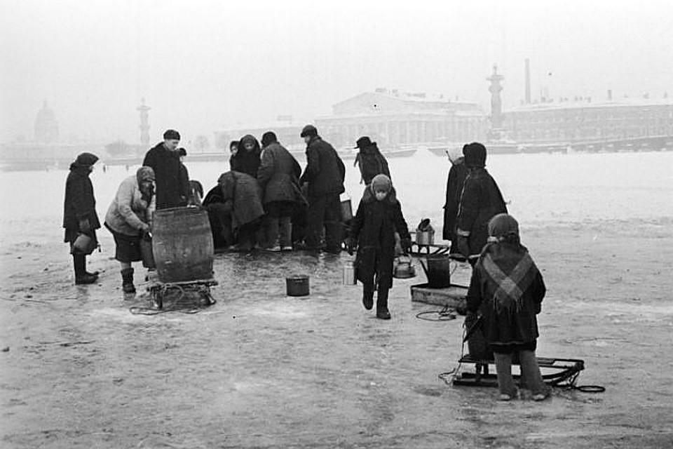 Память о блокадном времени до сих пор жива. Фото: пересъемка - Тимур ХАНОВ