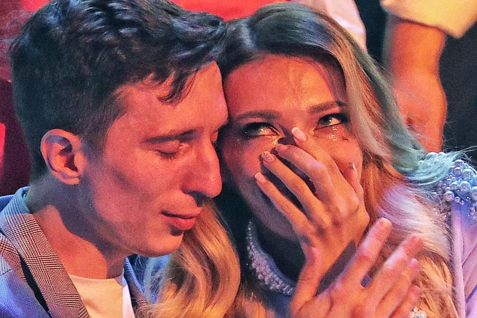 Юлия Самойлова рыдает в объятиях своего мужа Алексея после оглашения результатов голосования зрителей. ФОТО Вячеслав Прокофьев/ТАСС