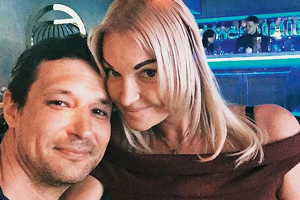 Михаил Логинов работает IT-специалистом в элитном гостиничном комплексе в поселке Новахово, где три года назад балерина приобрела особняк. Именно там они и познакомились