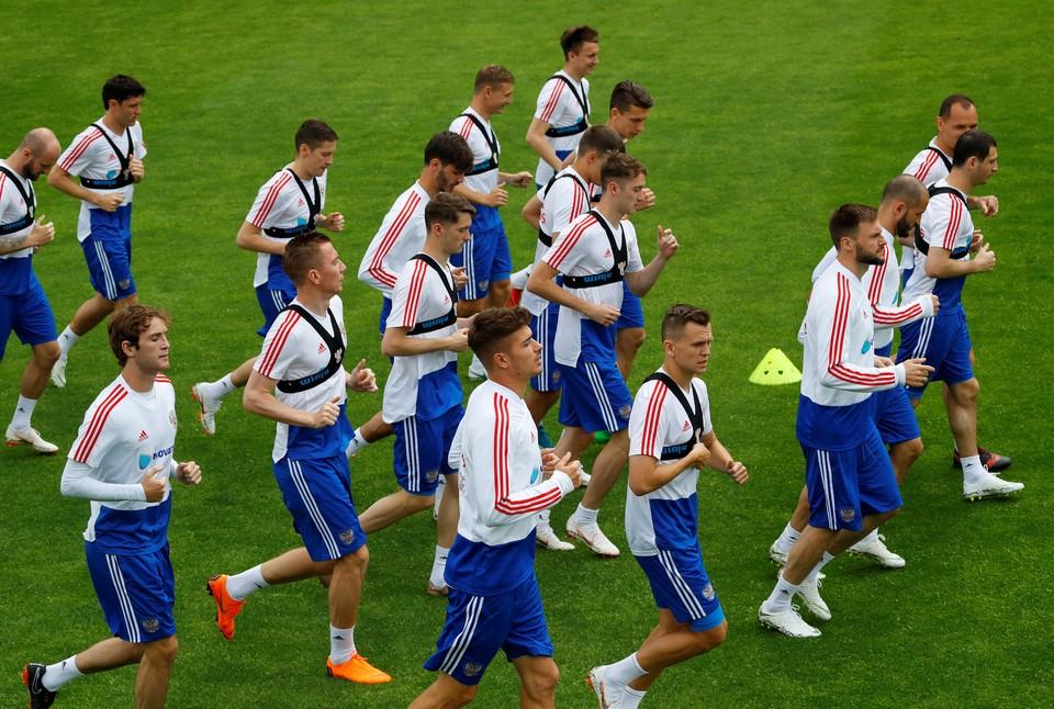 Сборная России по футболу продолжает готовиться к чемпионату мира в Австрии.