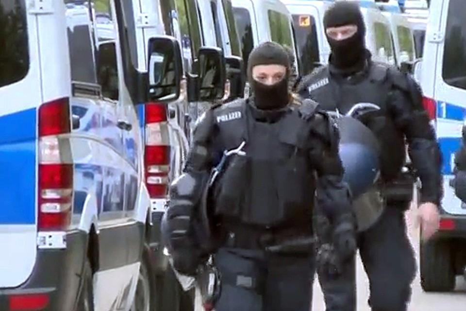 Лишь когда стражи порядка вызвали подкрепление, погром удалось прекратить