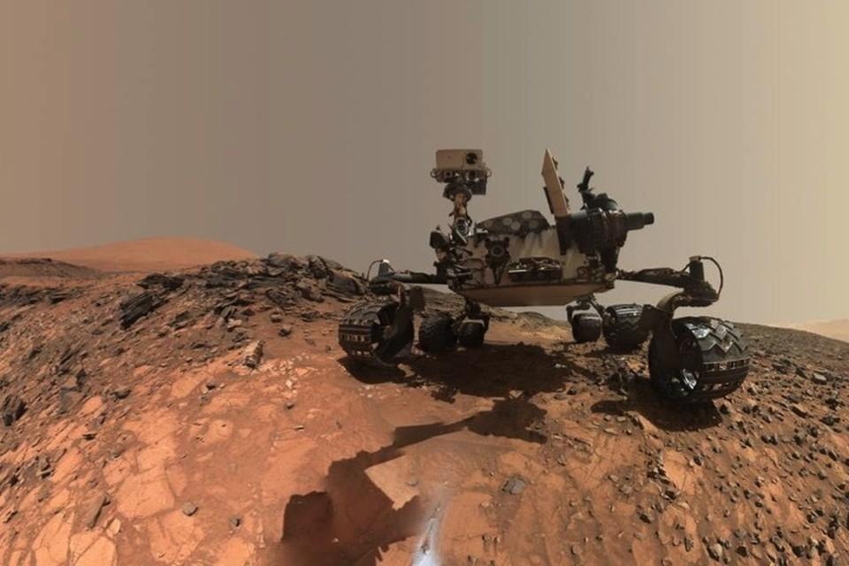 """Марсоход """"любопытство"""" - герой нашего времени: в НАСА регулярно """"просят"""" его сделать селфи. Это - самое свежее."""