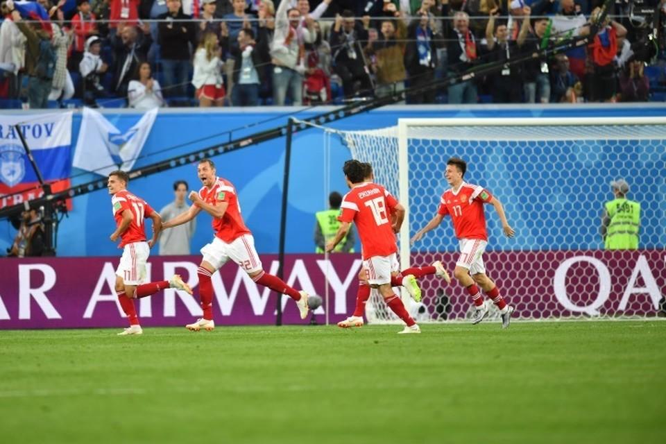 Египет забил в свои ворота, счет стал 1:0 в пользу сборной России.