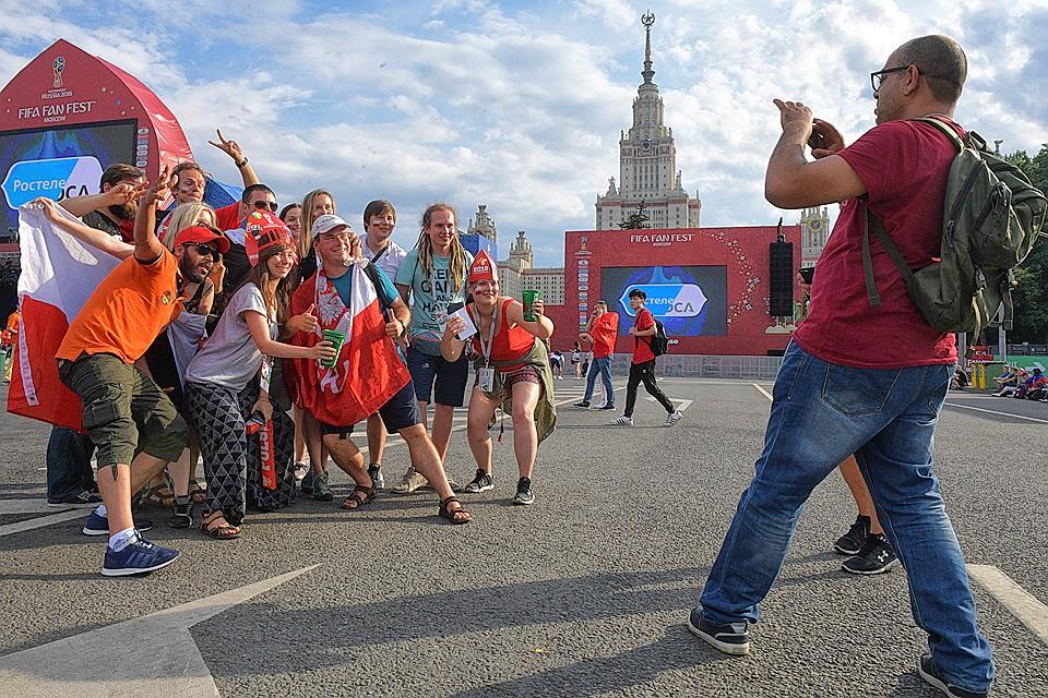 Болельщики у фан-зоны на Воробьевых горах в Москве.