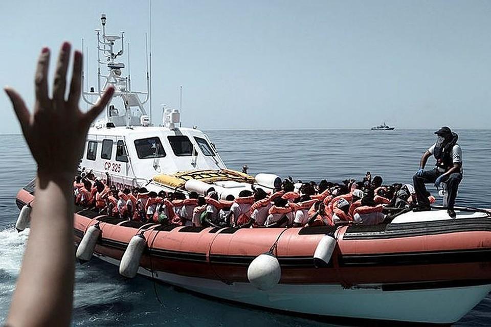 СМИ: Власти Италии запретили спасателям оказывать помощь кораблям с беженцами