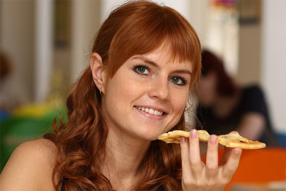 Согласно исследованию, снизить вес можно и без постоянного подсчета калорий или исключения определенных блюд из рациона.