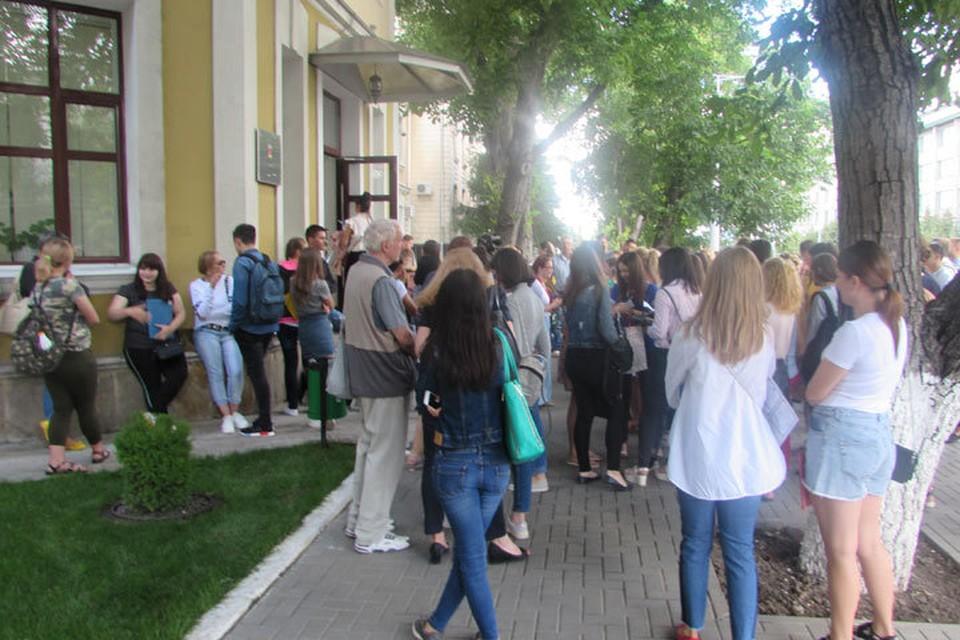 Огромная очередь у дверей приемной комиссии медицинского университета