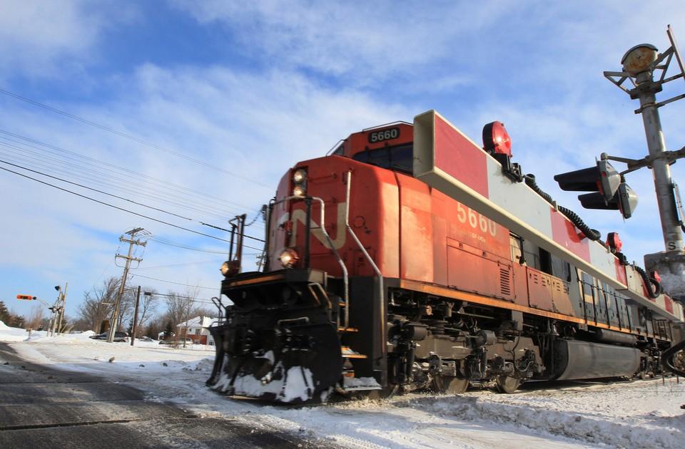 Товарный поезд, состоящий из 95 вагонов, сошел с рельсов в Канаде