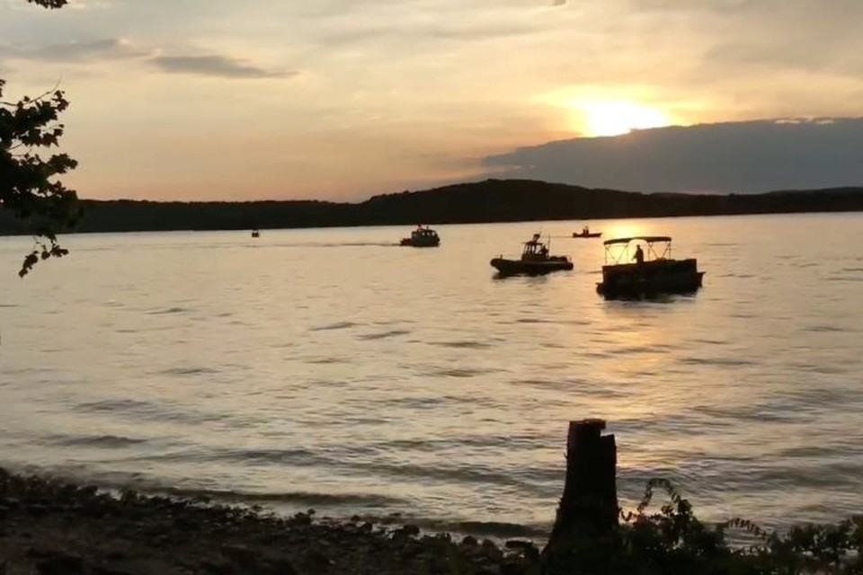 На озере Тейбл-Рок в Миссури ведутся поиски пассажиров перевернувшейся лодки