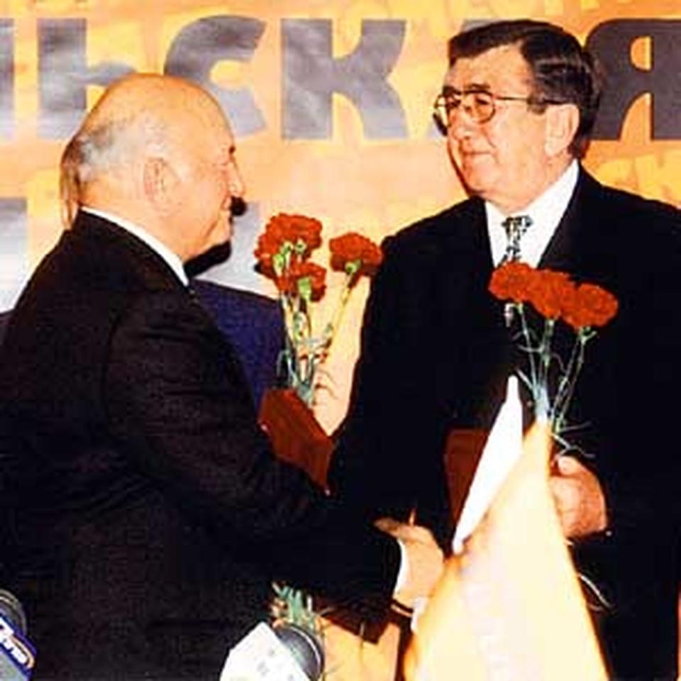 Два орденоносца «Комсомолки»: Платонов и Лужков.
