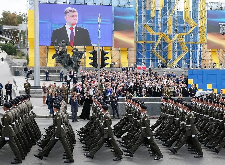 Порошенко поручил заменить воинское приветствие на «Слава Украине!»