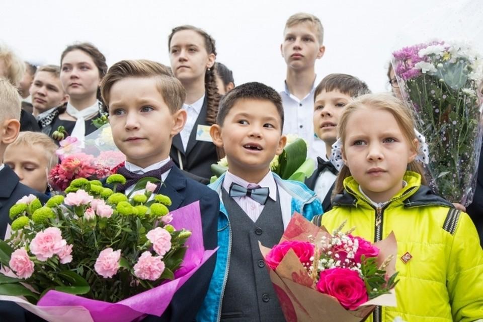 """По условиям акции, школьники, присоединившейся к ней, подарят учителю один букет от класса и воздушные шары от центра """"Радуга"""". Сэкономленные деньги пойдут на лечение 5-летней Алене Пашковой."""