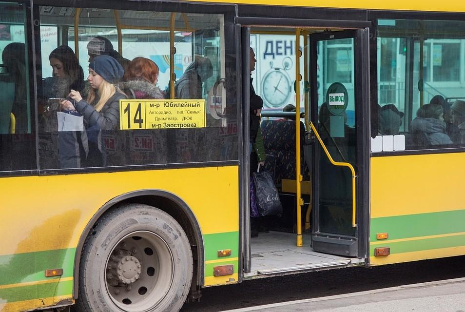 vozbudili-studentku-v-avtobuse-trogayut-grudi-foto