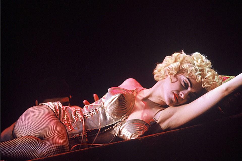 Именно Мадонна, с ее - будем уж откровенны - ничтожными вокальными данными доказала всем, что в дивном новом мире яркий скандальный образ - самое главное