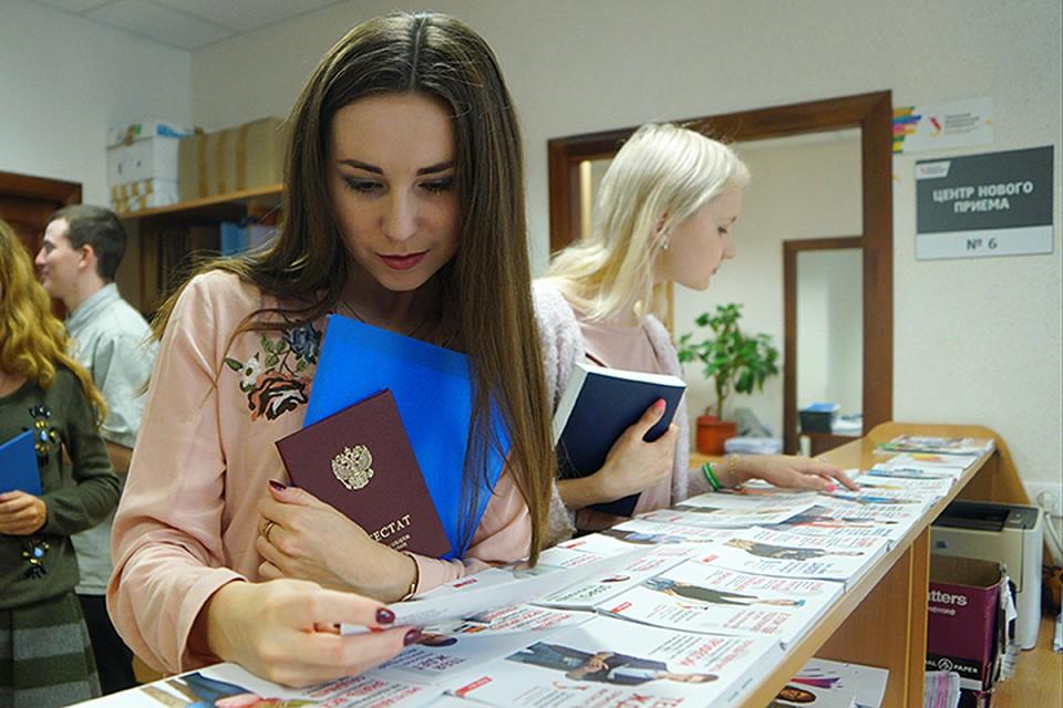 В среднем около десяти тысяч ребят из Сибири и Дальнего Востока в последние годы поступают в вузы Москвы и Питера