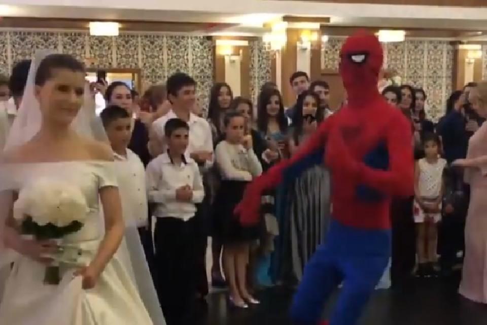 Человек-паук станцевал лезгинку на свадьбе в Дагестане